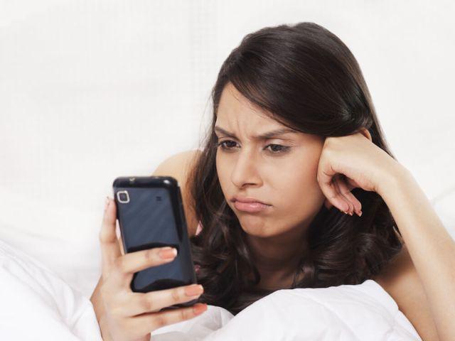 cliomakeup-errori-inizio-relazioni-ragazza-controlla-messaggi-cellulare