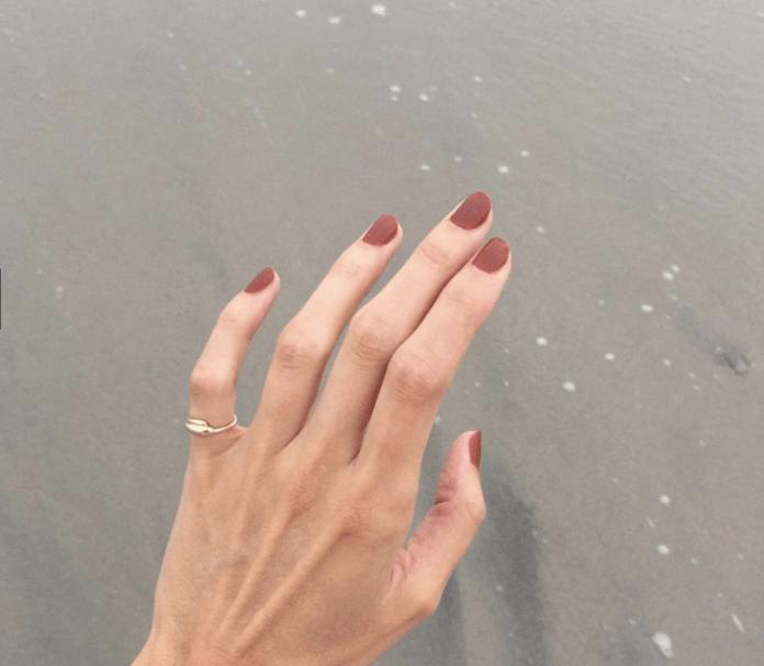 cliomakeup-tendenze-unghie-autunno-invermo-2018-5-desert-manicure