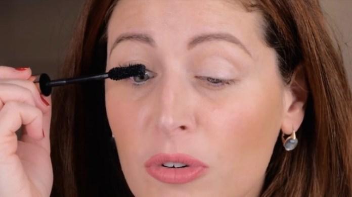 cliomakeup-come-applicare-il-mascara-7-applicazione-verso-alto