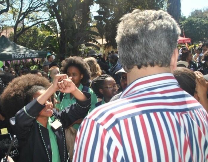 ClioMakeUp-hair-shaming-15-ragazze-sudafrica-pretoria-protesta.jpg