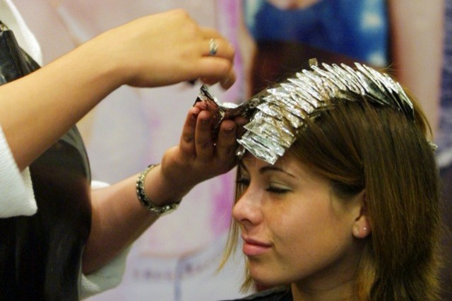 cliomakeup-pericoli-raccomandazioni-tinta-gravidanza-donna-tinta-parrucchiere-2