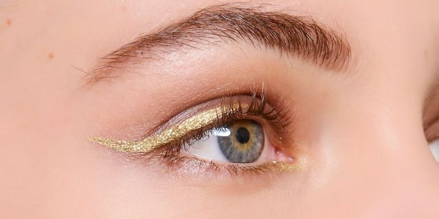 cliomakeup-trucco-abiti-oro-argento-13-eyeliner-oro
