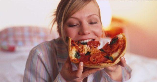cliomakeup-evitare-sbronza-capodanno-ragazza-mangia-pizza