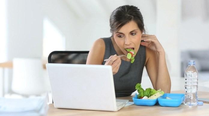 cliomakeup-dieta-scrivania-mangiare-ufficio-1