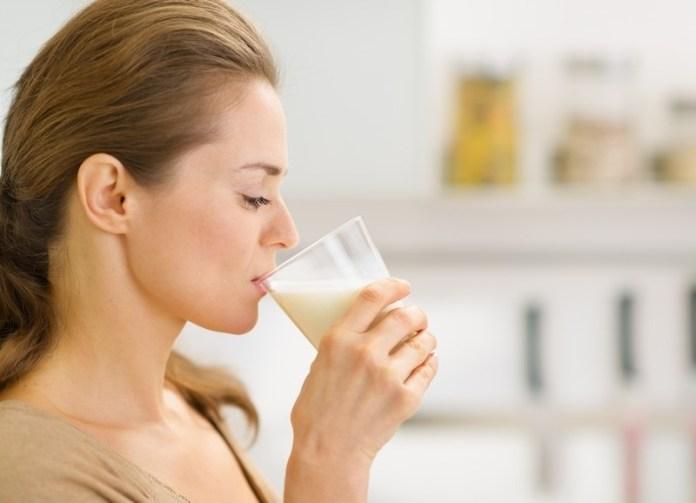 cliomakeup-alimenti-donne-10-donna-beve-latte.jpg