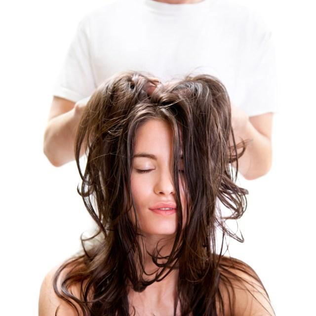 cliomakeup-scrub-cuoio-capelluto-7-massaggio-testa-salone