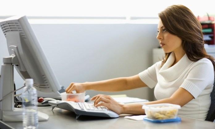 cliomakeup-mindful-eating-2-mangiare-davanti-computer