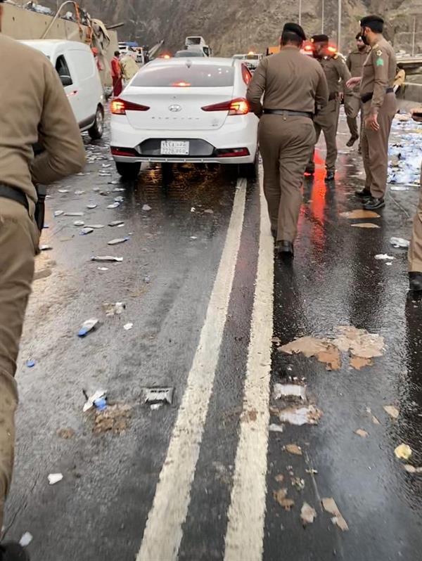 وفـاة شخص وإصابة اثنين آخرين في حـادث انقلاب شاحنة مُحملة بعبوات مياه بعسير