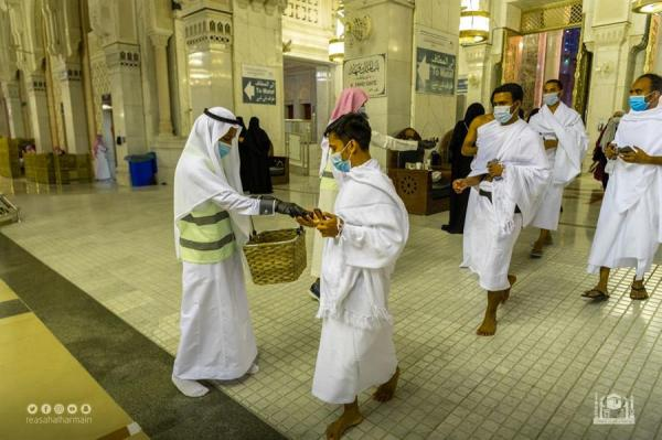 """""""شؤون الحرمين"""" تطيّب المسجد الحرام وتوزع هدايا العيد على المصلين"""