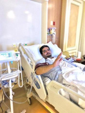 صورة للأمير عبدالعزيز في المستشفى بعد إجرائه عملية جراحية
