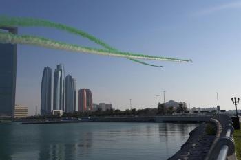 عروض جوية ومسيرة بدوريات الشرطة في أبوظبي احتفالاً باليوم الوطني للمملكة