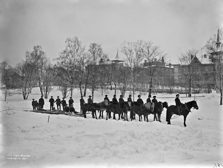 Hevosvetoinen lumiaura Kaivopuistossa vuonna 1907