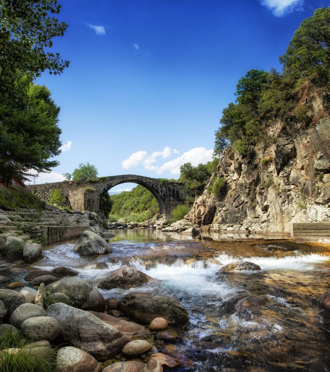 Puente romano sobre la garganta de Alardos, en Madrigal. Foto: Shutterstock.