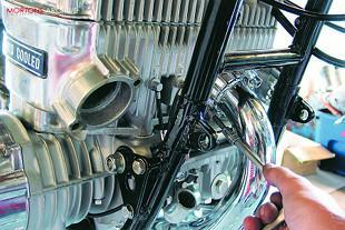 Suzuki GT750 triple two stroke workshop overhaul