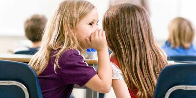 Le commérage commence dès l'âge de 5 ans