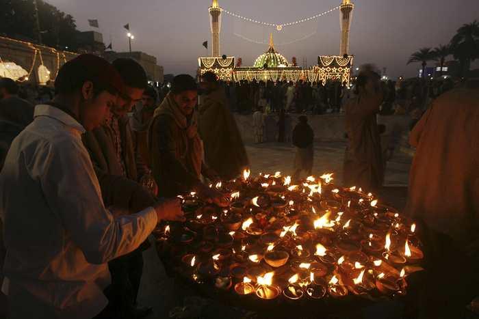 Un dévot allume une lampe à huile au mausolée de Data Ganj Bakhsh à Lahore au Pakistan - Mohsin Raza/Reuters
