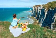 Пикник на скалах в Нормандии. Этрета девушка на скалах