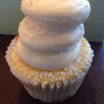 Gigi s Cupcakes of Knoxville   56 Photos   22 Reviews   Desserts     Photo of Gigi s Cupcakes of Knoxville   Knoxville  TN  United States  Wedding  cake