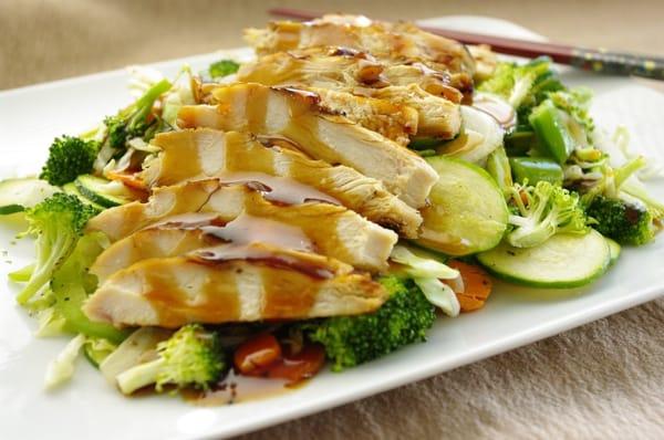 قطع دجاج مع خضروات مشكلة