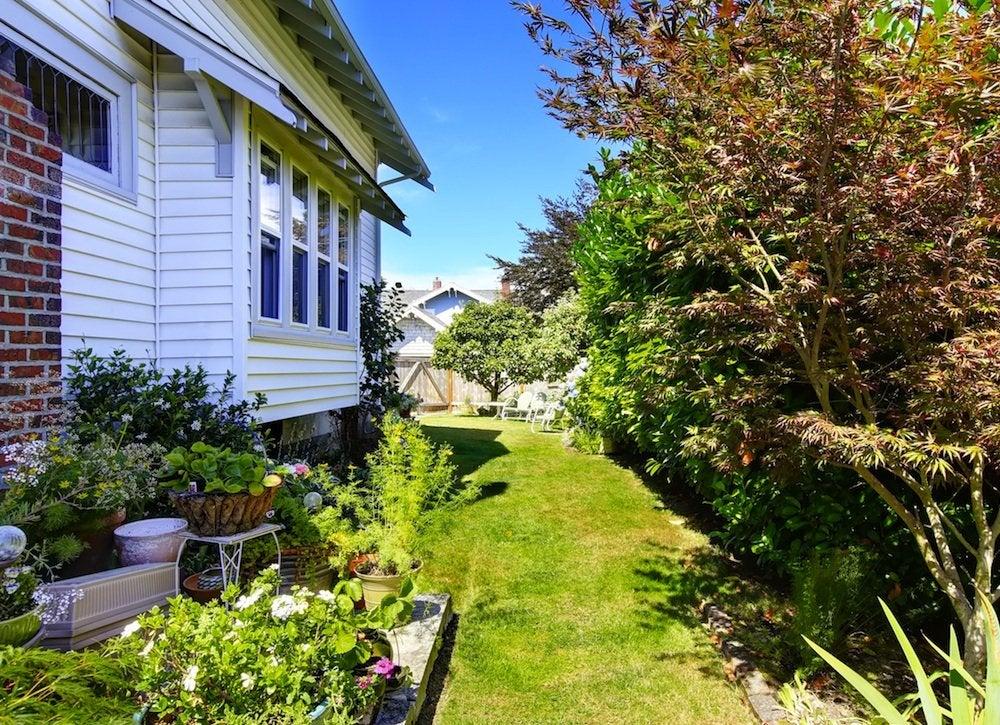 Side Yard Garden - Small Backyard Landscaping Ideas - 8 ... on Small Side Yard Ideas id=76671