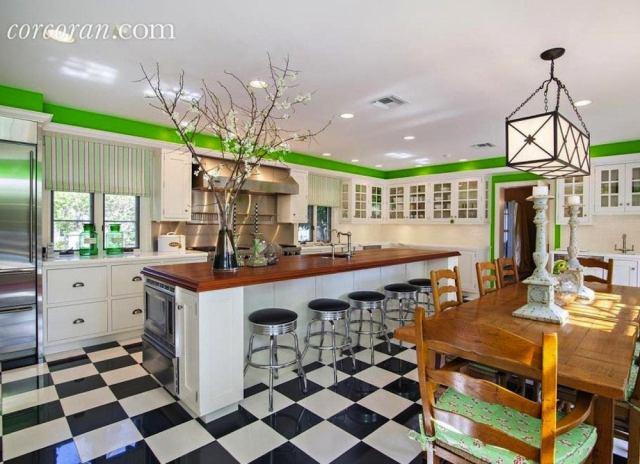 Checkerboard_kitchen_floor
