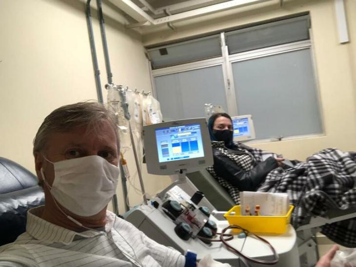 Pai e filha doando sangue