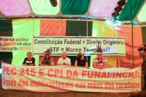 Manifestantes de todo o país se reúnem no acampamento Terra Livre, ao lado do Memorial dos Povos Indígenas, para reforçar as reivindicações indígenas pelas garantias de seus direitos. Foto: Marcello Casal Jr/Agência Brasil