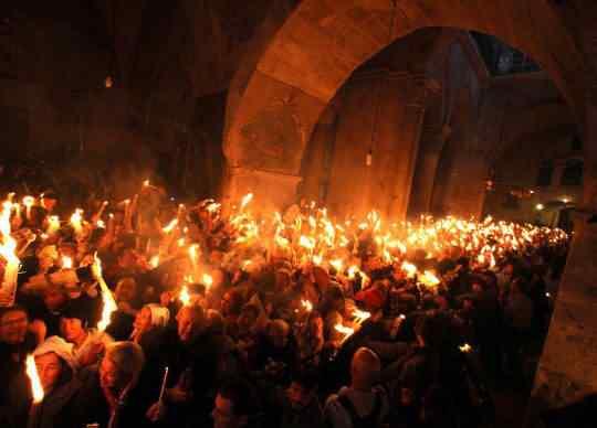 Com tantas pessoas usando roupas inflamaveis segurando bolos de velas pegando fogo é estranho que a igreja não tenha se tornado uma grande fogueira ao longo de tantos anos.