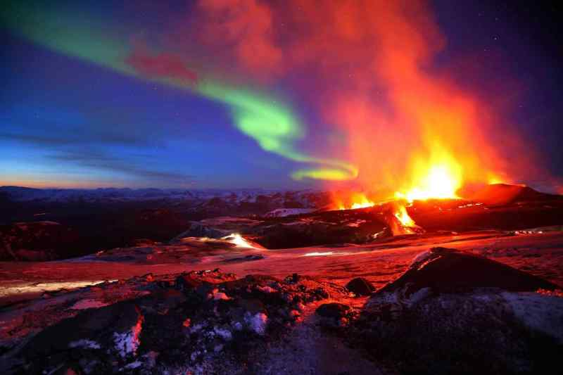 303823-nature-iceland-northern-lights-and-volcano