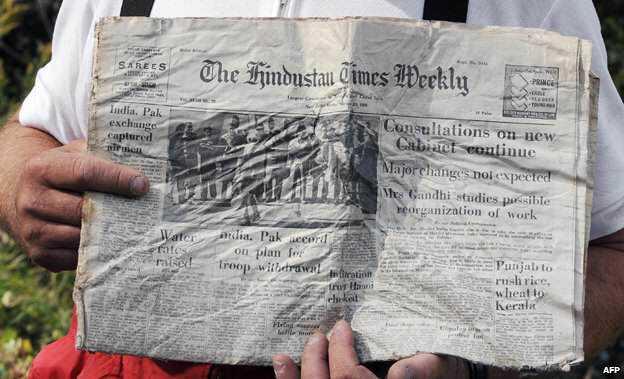 Uma cópia do jornal que além estava lendo à bordo do avião. O jornal incrivelmente sobreviveu ao desastre