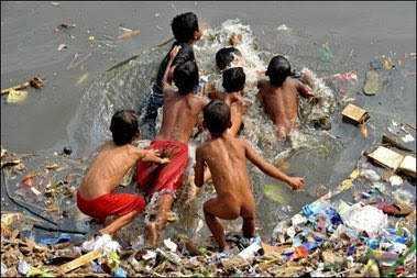Crianças nadam no chorume na Indonésia