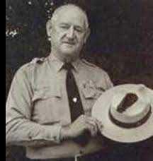 Roy mostra o chapéu e o buraco que o raio deixou