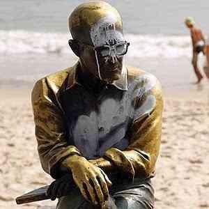 25dez2013-estatua-de-drummond-amanhece-pichada-no-rio-1387986441736_300x300