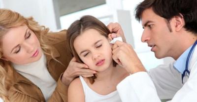 tv catia fonseca - 5 fatos sobre a otite em crianças - Médico examinando o ouvido