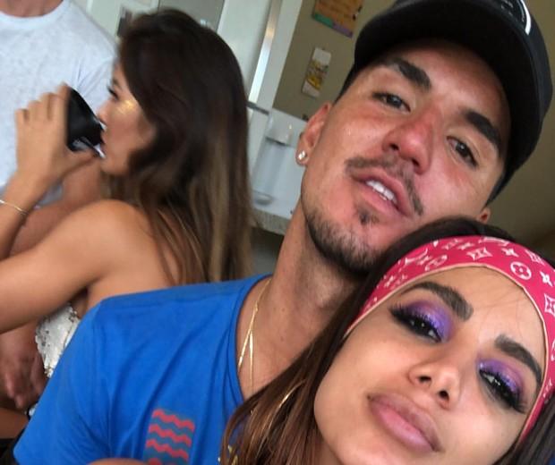 Anitta e Gabriel Medina vivem affair às escondidas e amigos do surfista detonam romance
