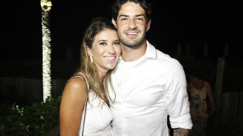 Rebeca Abravanel e Alexandre Pato aumentam rumores de gravidez após flagra