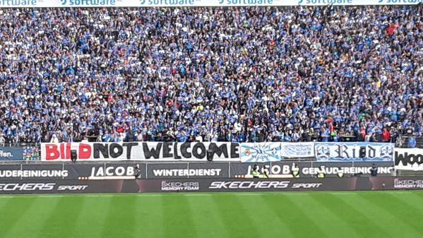 """Protesto da torcida do Darmstadt com o """"Bild not welcome"""""""