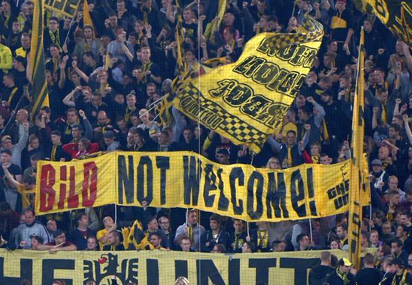 A torcida do Dortmund protestou contra o jornal na quinta, em jogo da Liga EUropa