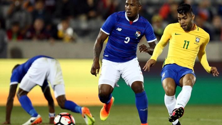 Gabriel Barbosa, o Gabigol, chuta para marcar o seu gol  (Foto: Lucas Figueiredo / MoWA Press)