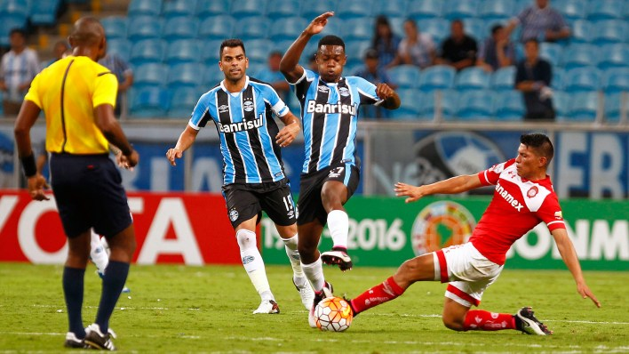 Lincon disputa a bola em jogo contra o Toluca na Libertadores 2016 (Photo by Lucas Uebel/Getty Images)