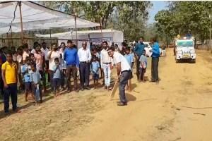 बस्तर: सिविक एक्शन कार्यक्रम के तहत गांव वालों से मिले अधिकारी, कहा- नक्सलियों के बहकावे में न आएं