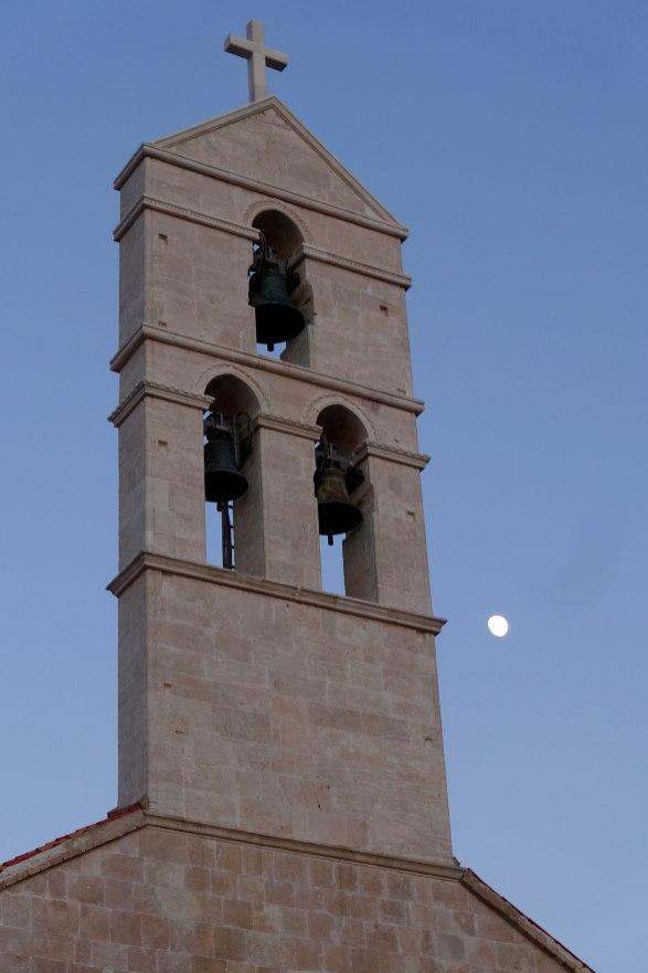 Vïs steeple moon close