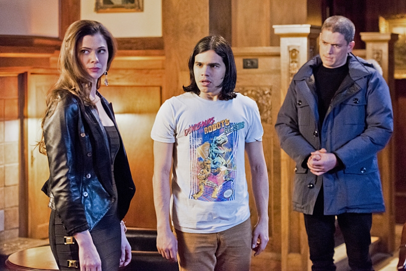 """The Flash--""""Rogue Time""""--image FLA116A_0480b--Pictured: (L-R) Peyton List as Lisa Snart, Carlos Valdes as Cisco Ramon and Wentworth Miller as Leonard Snart/Captain Cold--Photo: Dean Buscher/The CW--© 2015 The CW Network, LLC. All rights reserved."""