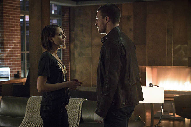"""Arrow -- """"My Name is Oliver Queen"""" -- Image AR323B_0390b -- Pictured (L-R): Willa Holland as Thea Queen and Stephen Amell as Oliver Queen -- Photo: Liane Hentscher/The CW -- © 2015 The CW Network, LLC. All Rights Reserved."""