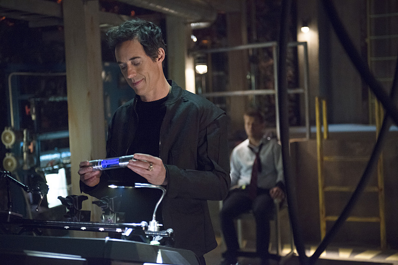 """The Flash -- """"Grodd Lives"""" -- Image FLA121B_0235b -- Pictured (L-R): Tom Cavanagh as Harrison Wells and Rick Cosnett as Detective Eddie Thawne -- Photo: Cate Cameron/The CW -- © 2015 The CW Network, LLC. All rights reserved."""