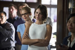 """Arrow -- """"Beyond Redemption"""" -- Image AR405A_0212b.jpg -- Pictured (L-R): Emily Bett Rickards as Felicity Smoak and Willa Holland as Thea Queen -- Photo: Diyah Pera/ The CW -- © 2015 The CW Network, LLC. All Rights Reserved."""