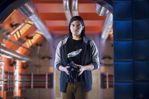 """The Flash -- """"Flash Back"""" -- Image: FLA217b_0009b.jpg -- Pictured: Carlos Valdes as Cisco Ramon -- Photo: Diyah Pera/The CW -- © 2016 The CW Network, LLC. All rights reserved."""