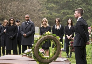 """Arrow -- """"Canary Cry"""" -- Image AR419b_0045b.jpg -- Pictured (L-R): Katrina Law as Nyssa al Ghul, David Ramsey as John Diggle, Emily Bett Rickards as Felicity Smoak, Willa Holland as Thea Queen and Stephen Amell as Oliver Queen -- Photo: Diyah Pera/The CW -- © 2016 The CW Network, LLC. All Rights Reserved."""