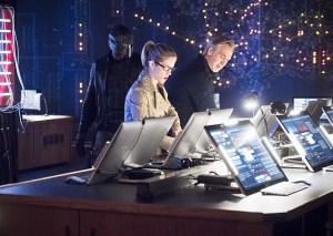 "Arrow -- ""Monument Point"" -- Image AR421b_0016b.jpg -- Pictured (L-R): David Ramsey as John Diggle, Emily Bett Rickards as Felicity Smoak and Tom Amandes as Noah Kuttler/Calculator -- Photo: Dean Buscher/The CW -- © 2016 The CW Network, LLC. All Rights Reserved."