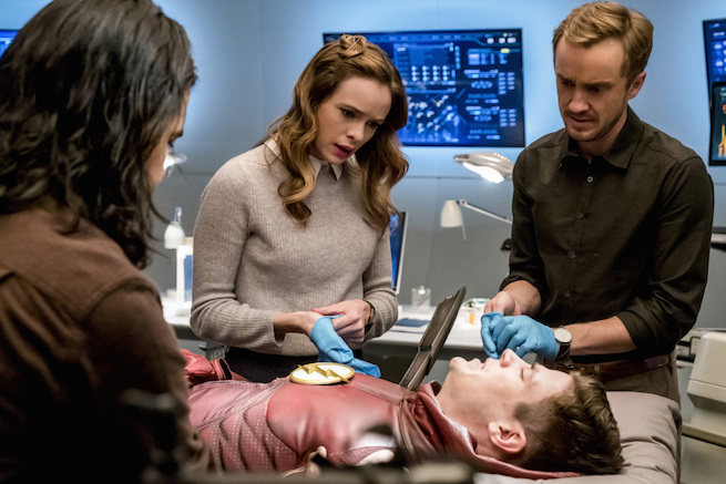 "The Flash -- ""The Wrath of Savitar"" --FLA315b_0018b.jpg -- Pictured (L-R): Carlos Valdes as Cisco Ramon, Danielle Panabaker as Caitlin Snow, Grant Gustin as Barry Allen and Tom Felton as Julian Albert-- Photo: Katie Yu/The CW -- © 2017 The CW Network, LLC. All rights reserved."